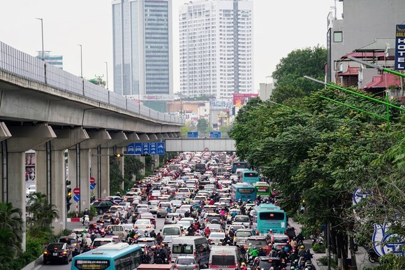 Học sinh Hà Nội đi học trở lại, giao thông ùn ứ cục bộ ảnh 12
