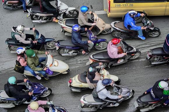 Học sinh Hà Nội đi học trở lại, giao thông ùn ứ cục bộ ảnh 17