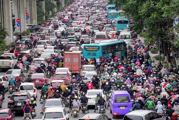 Học sinh Hà Nội đi học trở lại, giao thông ùn ứ cục bộ ảnh 13