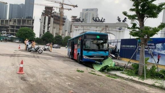 Xe buýt tông một người đi bộ tử vong ảnh 1