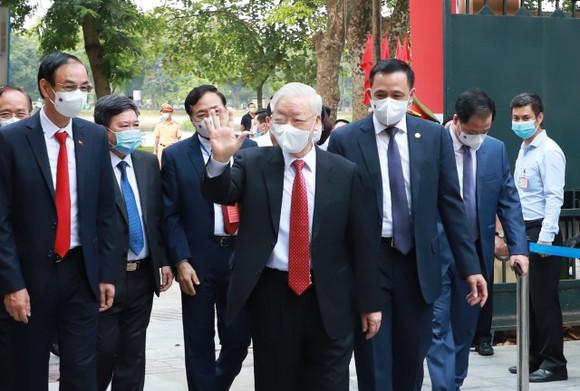 Cử tri Nguyễn Phú Trọng bỏ phiếu tại khu vực bầu cử số 4, phường Nguyễn Du, Hà Nội ảnh 1
