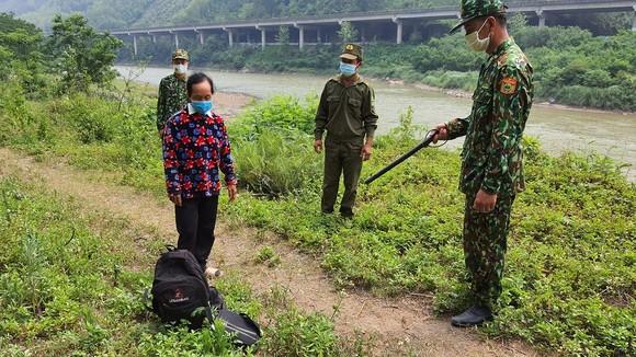Người phụ nữ lội suối để nhập cảnh trái phép từ Trung Quốc vào Việt Nam ảnh 1