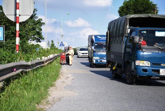 Xử phạt hàng loạt xe máy đi vào Đại lộ Thăng Long ảnh 2