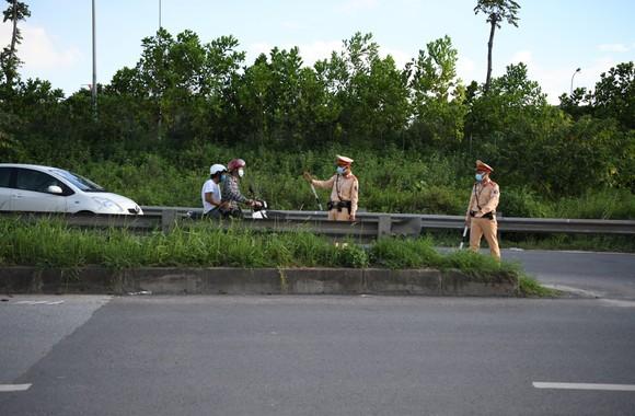Xử phạt hàng loạt xe máy đi vào Đại lộ Thăng Long ảnh 3