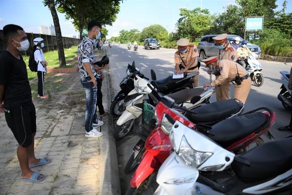 Xử phạt hàng loạt xe máy đi vào Đại lộ Thăng Long ảnh 6