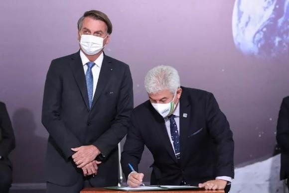Bộ trưởng Khoa học và Công nghệ Brazil Marcos Pontes ký Hiệp định Artemis, bên cạnh Tổng thống Jair Bolsonaro vào ngày 15-6. Ảnh: space.com