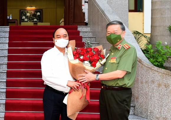 Chủ tịch nước Nguyễn Xuân Phúc: Lực lượng công an phải lo cho cuộc sống bình yên của người dân ảnh 1