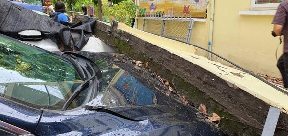Bức tường cao 1,5m bất ngờ đổ xuống, đè lên 12 xe ô tô ảnh 2