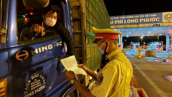 Cảnh sát giao thông tham gia phối hợp với các lực lượng chức năng khác trong phòng chống dịch ảnh 1