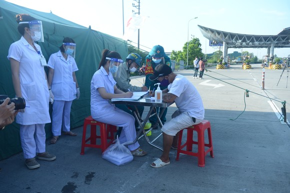 22 chốt kiểm soát dịch ở Hà Nội bắt đầu hoạt động, không xảy ra ùn ứ  ảnh 7