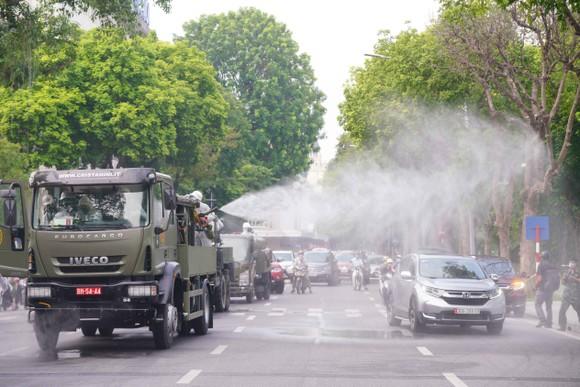 15 xe đặc chủng phun khử khuẩn tại 3 quận nội thành Hà Nội ảnh 24