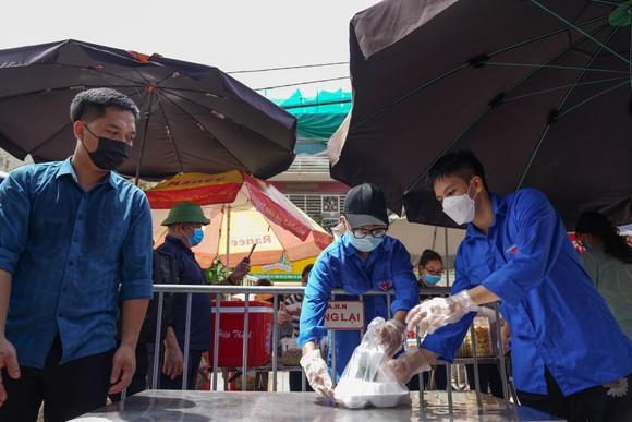 Suất cơm '0 đồng' cho người nghèo ở Hà Nội ảnh 6