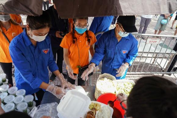 Suất cơm '0 đồng' cho người nghèo ở Hà Nội ảnh 9