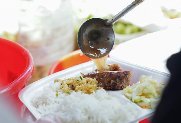 Suất cơm '0 đồng' cho người nghèo ở Hà Nội ảnh 4