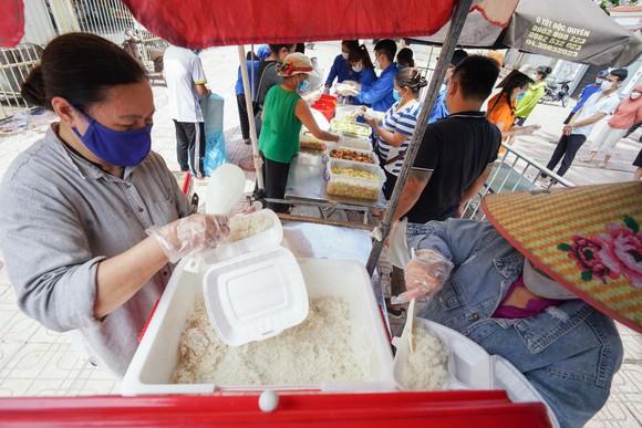 Suất cơm '0 đồng' cho người nghèo ở Hà Nội ảnh 3