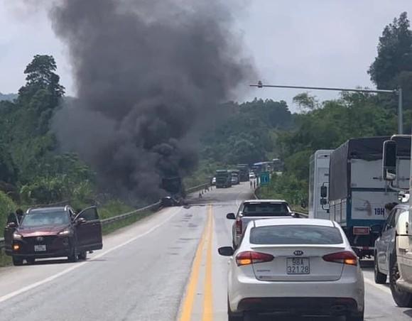 Phát hiện xác chết cạnh xe tải cháy rụi trên cao tốc Nội Bài – Lào Cai ảnh 1