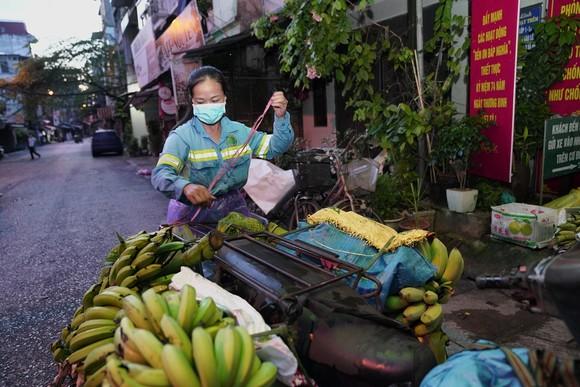 Nữ công nhân góp tiền mua rau giúp người khó khăn ảnh 2