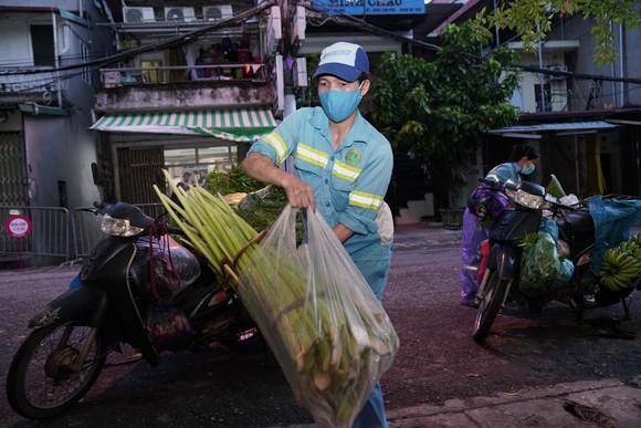 Nữ công nhân góp tiền mua rau giúp người khó khăn ảnh 4