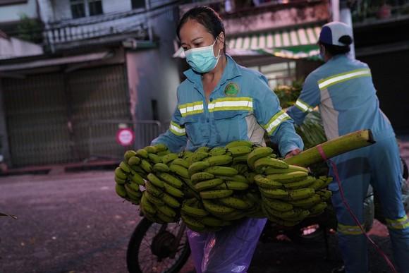Nữ công nhân góp tiền mua rau giúp người khó khăn ảnh 5