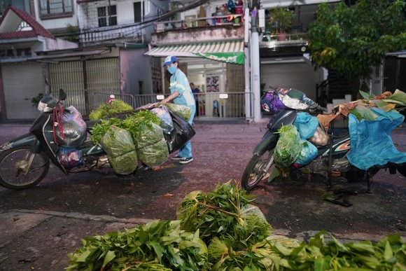 Nữ công nhân góp tiền mua rau giúp người khó khăn ảnh 6