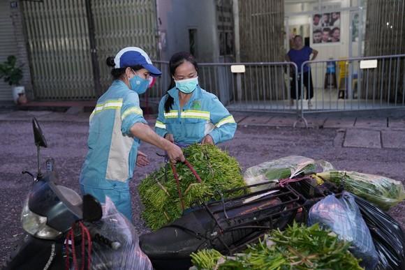 Nữ công nhân góp tiền mua rau giúp người khó khăn ảnh 8