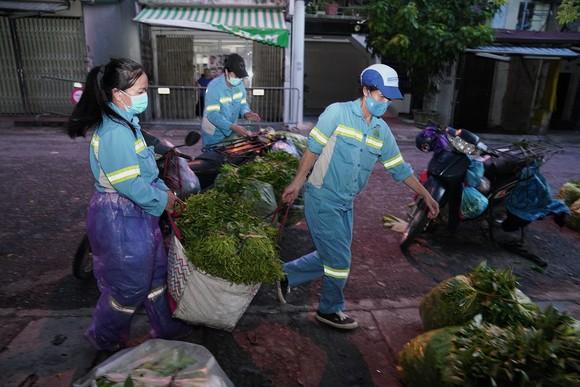 Nữ công nhân góp tiền mua rau giúp người khó khăn ảnh 7