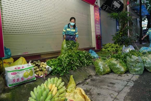 Nữ công nhân góp tiền mua rau giúp người khó khăn ảnh 9