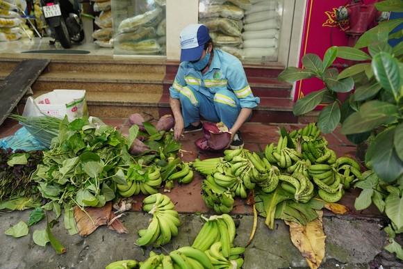 Nữ công nhân góp tiền mua rau giúp người khó khăn ảnh 10
