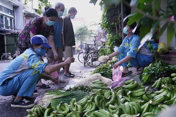 Nữ công nhân góp tiền mua rau giúp người khó khăn ảnh 11