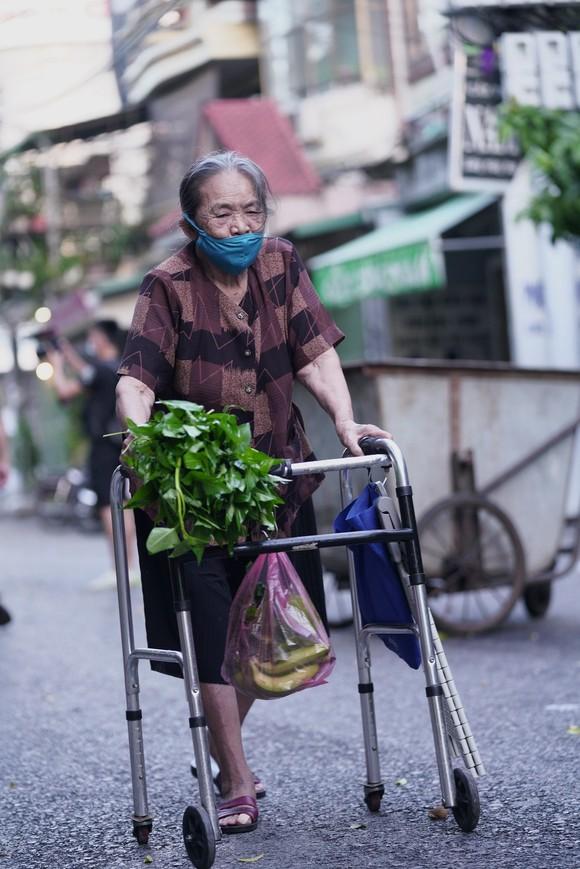Nữ công nhân góp tiền mua rau giúp người khó khăn ảnh 16