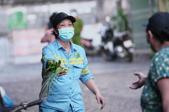 Nữ công nhân góp tiền mua rau giúp người khó khăn ảnh 13