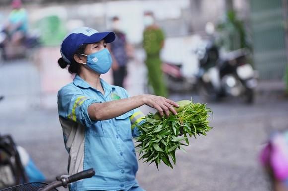 Nữ công nhân góp tiền mua rau giúp người khó khăn ảnh 14