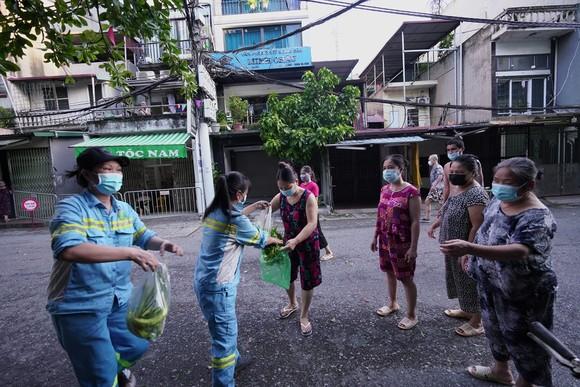 Nữ công nhân góp tiền mua rau giúp người khó khăn ảnh 12