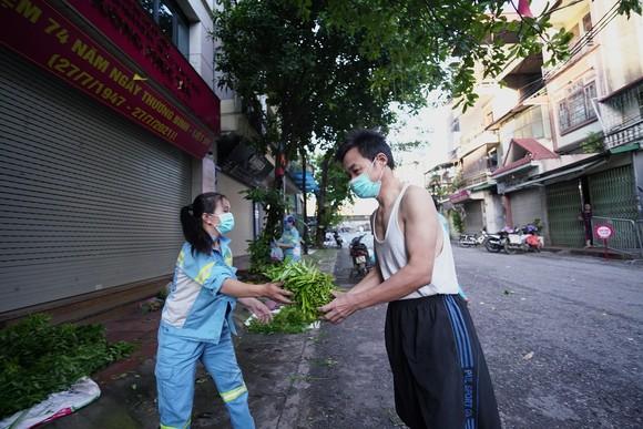 Nữ công nhân góp tiền mua rau giúp người khó khăn ảnh 15