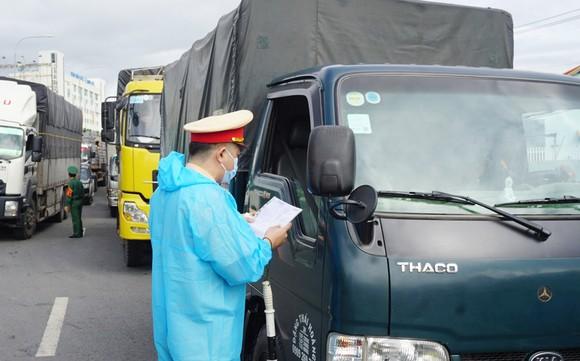 """Xe vận tải """"luồng xanh"""" chủ động khai báo y tế từ 22 giờ hôm nay tại 25 tỉnh, thành phố phía Nam"""