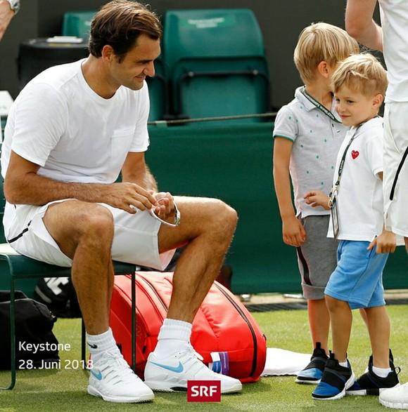 Khoảnh khắc cuối tuần: Federer chơi đùa với 2 con trai sinh đôi, Wozniacki lên ngôi ở Eastbourne ảnh 2