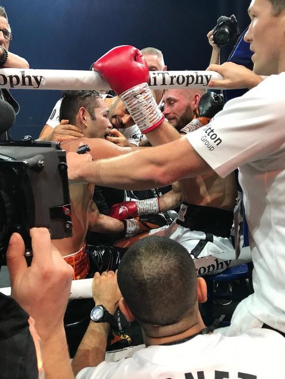 Quyền Anh: Dính chấn thương kỳ lạ, Burnett mất đai WBA, phải rời sàn trên cáng  ảnh 3
