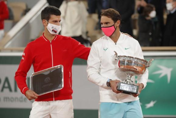 Djokovic (áo đỏ) thua tâm phục khẩu phục Nadal