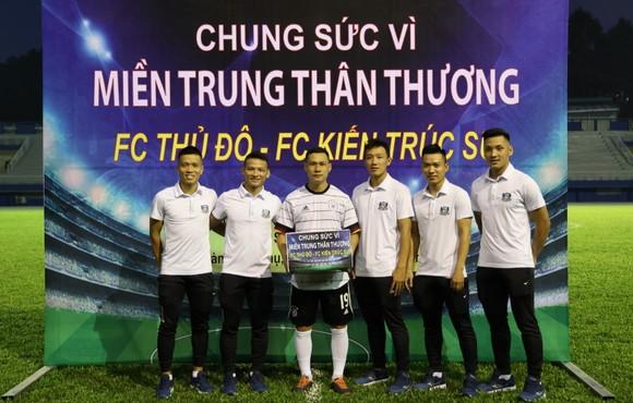 HLV Nguyễn Bảo Quân và các cầu thủ Thái Sơn Nam đến với sự kiện
