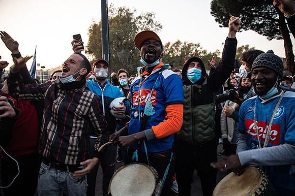 Thành Naples và CLB Napoli tiễn đưa Diego Maradona bằng sự kiện tưởng niệm đầy xúc động ảnh 9