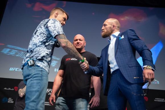 McGregor (vét xanh) bắt tay Poirier trước sự kiện UFC 257, được dự báo sẽ mang lại lợi nhuận khổng lồ