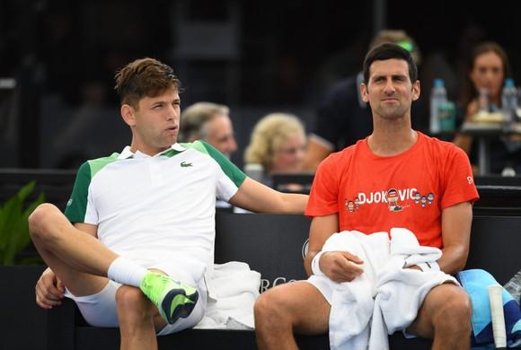 """Djokovic """"hợp tác"""" cùng Krajinovic đánh bại Sinner"""