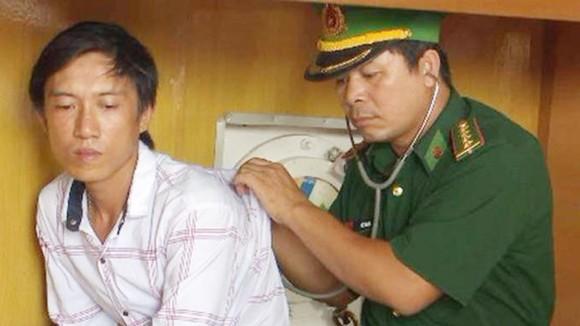 Anh Thâu đang được cán bộ Đồn BP  Cửa Lò-Bến Thủy kiểm tra sức khỏe. Ảnh: T.B