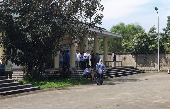 Người nhà ông Quang tập trung tại Nhà tang lễ Bệnh viện Đa khoa Nghệ An yêu cầu làm rõ cái chết của ông Quang