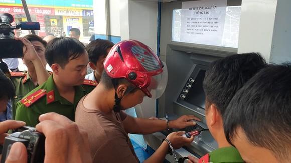 Trao thưởng Ban chuyên án bắt 3 đối tượng người Trung Quốc chiếm đoạt tài sản qua thẻ ATM ảnh 1