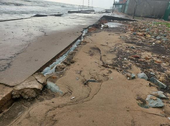 Tan hoang kè biển tại thị xã Cửa Lò, Nghệ An ảnh 3