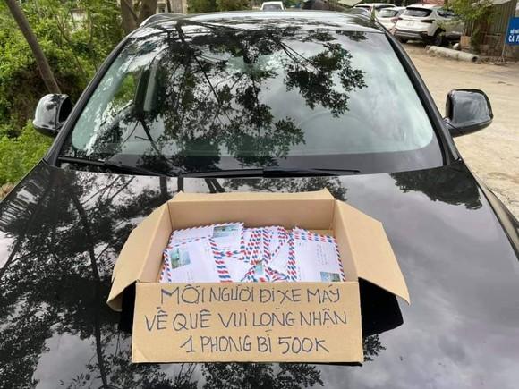 Xúc động! Tặng tiền, giúp xe chở miễn phí đưa người trong Nam về quê ảnh 2