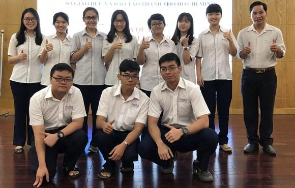 黎鴻鋒高中專校 10 名華人子弟入選國家 優秀生華文科考生隊。