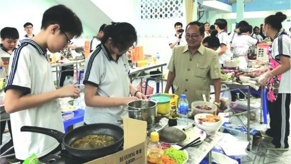 """為了慶祝越南教師節來臨及成立40週年,文朗學校昨(10)日舉辦""""學生烹飪比賽""""。"""