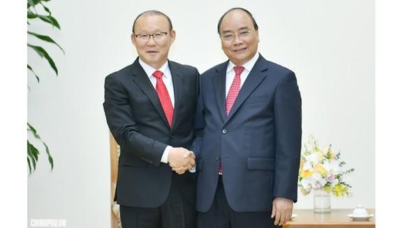 阮春福總理與朴恒緒教練握手。